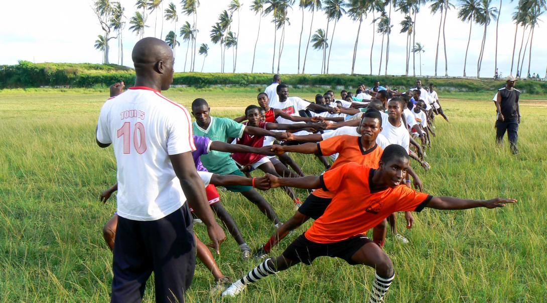 A local coach in Ghana runs a Rugby training session where our Projects Abroad volunteers doing an internship can cooperate.
